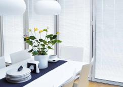 Store plissé intégré au vitrage dans un salon